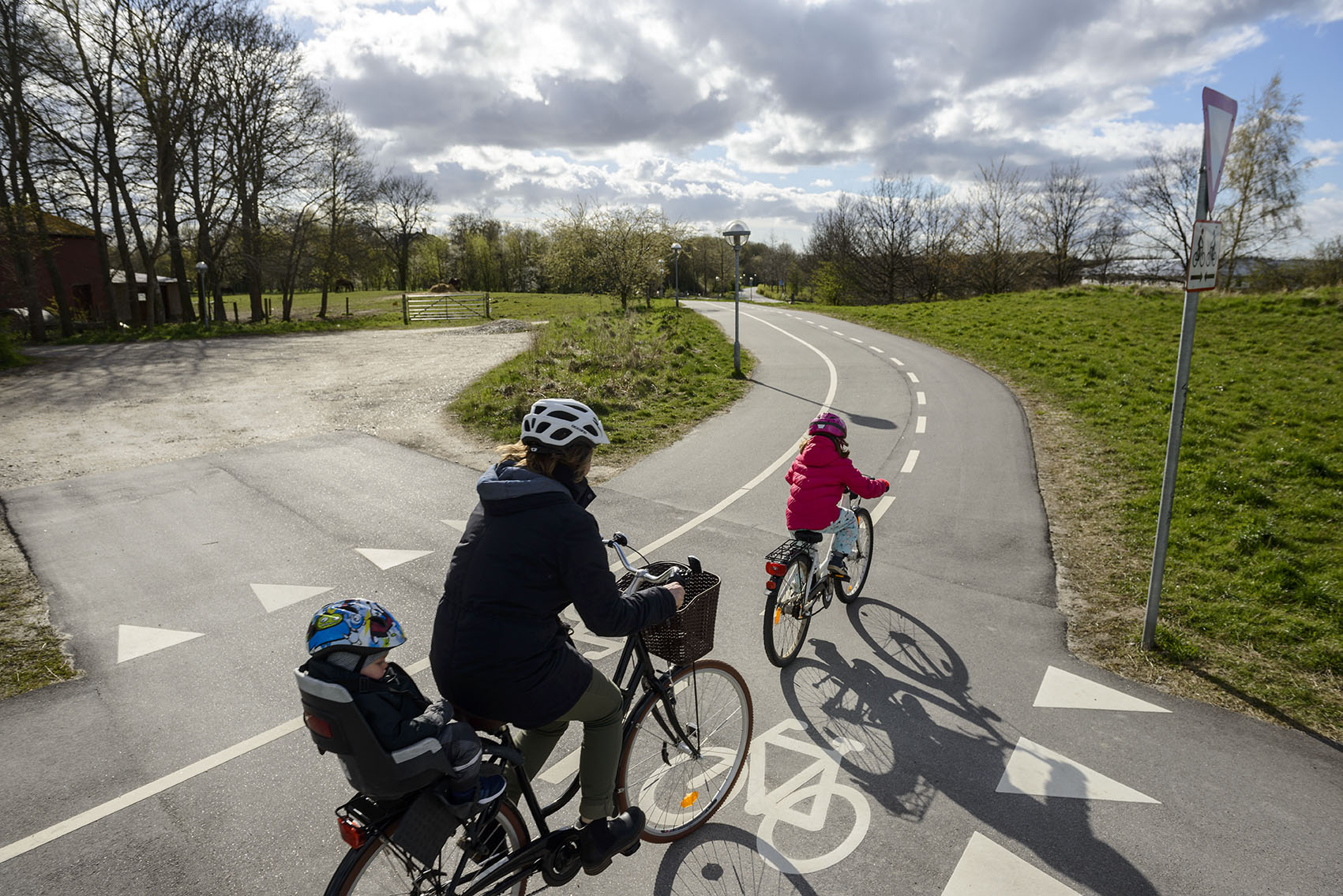 Família dinamarquesa andando de bicicleta